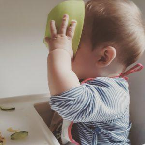 Baby trinkt aus Schüssel beim BLW beginnen