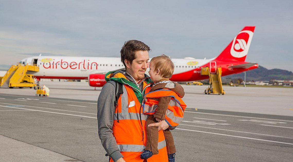 Karenzpapa und Sohn am Flughafen Salzburg