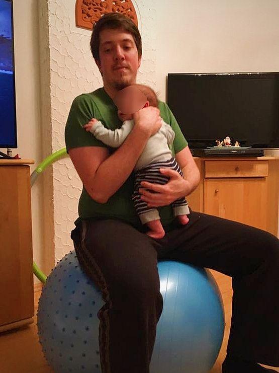 Baby beruhigen auf dem Gymnastikball